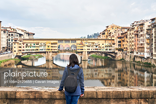Woman in front of Ponte Vecchio - p1166m2129655 by Cavan Images