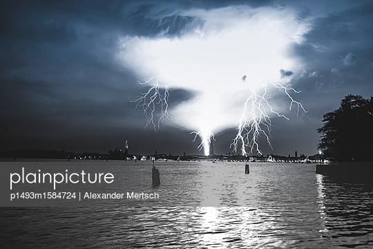Gewitter und Blitzeinschlag über Venedig - p1493m1584724 von Alexander Mertsch
