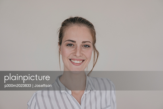 Portrait of a pretty woman, smiling, looking at camera - p300m2023833 von Joseffson