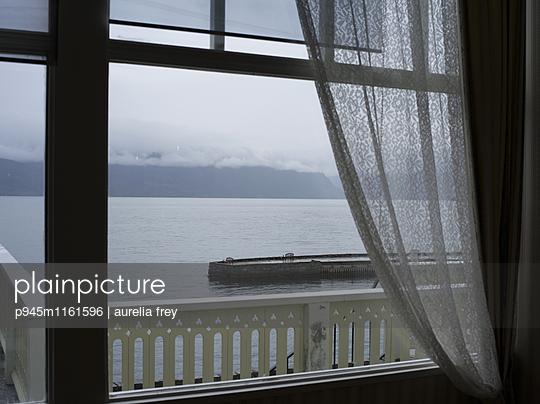 Blick aus dem Fenster - p945m1161596 von aurelia frey