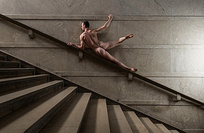 Naked man posing on banister rail - p1139m1503050 by Julien Benhamou