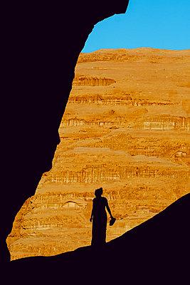 Silhouette of a women in the desert of Wadi Rum, Jordan - p1166m2207963 by Cavan Images
