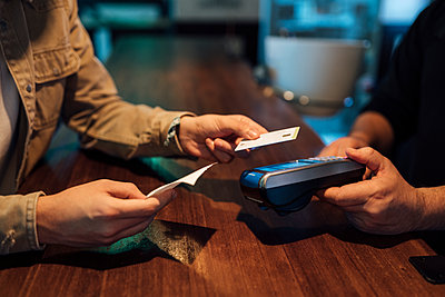 Valencia, Spain. Anonymous hands paying with the dataphone and the credit card in a bar. - p300m2242842 von Ezequiel Giménez