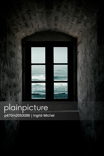 Fenster mit Meerblick - p470m2053088 von Ingrid Michel