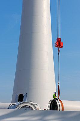 Aufbau eines Windrades im Hamburger Hafen - p1099m1526245 von Sabine Vielmo