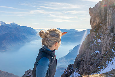 Woman hiking in the mountains at Lake Como, Italy - p300m2167421 by 27exp