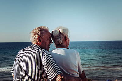 Greece, Senior couple near the sea, portrait - p713m2283570 by Florian Kresse