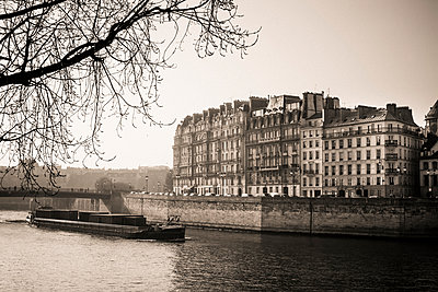 Quays of the Seine and Ïle Saint-Louis. Paris. France. Europe. - p813m1214762 by B.Jaubert