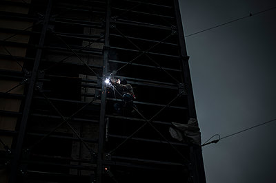 Worker welding on a building - p1007m1134824 by Tilby Vattard