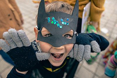 Ein als Batman verkleideter Junge blickt keck in die Kamera - p1400m2122402 von Bastian Fischer