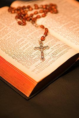 Kruzifix mit Rosenkranz und Bibel - p3300244 von Harald Braun