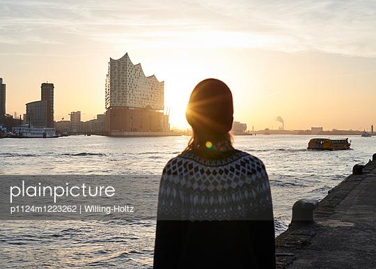 Blick auf die Elbphilharmonie - p1124m1223262 von Willing-Holtz