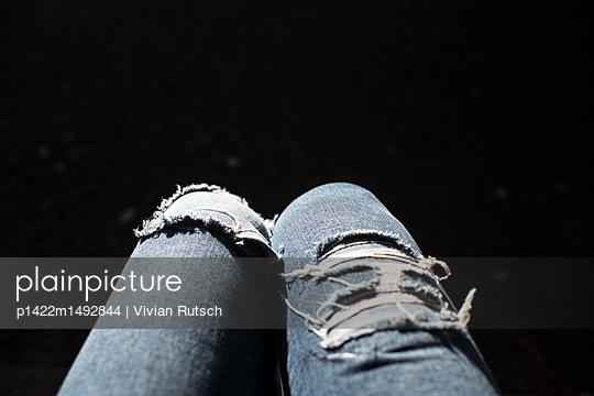 Knie im Sonnenlicht - p1422m1492844 von Vivian Rutsch