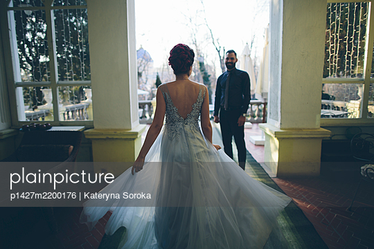Newlywed couple at terrace - p1427m2200176 by Kateryna Soroka
