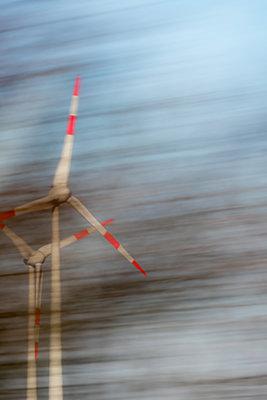 Verschwommene Sicht auf Windräder - p739m1119425 von Baertels