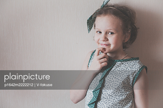 Portrait of little girl in a green shirt - p1642m2222212 by V-fokuse