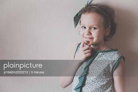 Portärt eines kleinen Mädchens im grünen Shirt - p1642m2222212 von V-fokuse