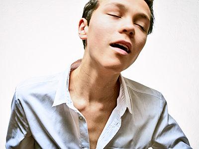 Boy wearing chemise, portrait - p1012m2013773 by Frank Krems