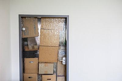 Kartons hinter Glastür - p1611m2182315 von Bernd Lucka
