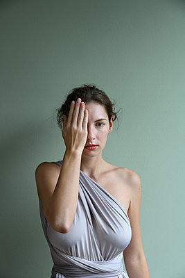 Woman wearing satin dress - p427m2254273 by Ralf Mohr