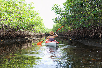 Mixed race woman kayaking in river - p555m1420865 by PBNJ Productions
