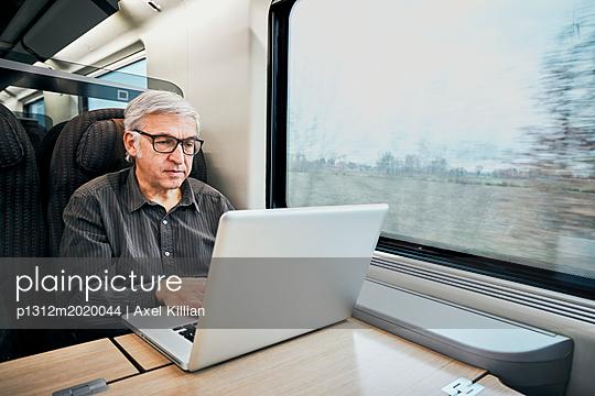 Mann Zug arbeiten - p1312m2020044 von Axel Killian