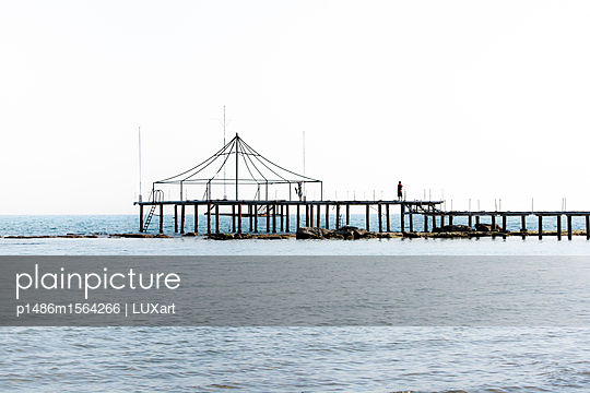 Pavillon im Meer - p1486m1564266 von LUXart
