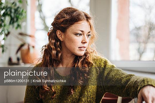 Junge Frau mit roten Haaren - p586m1200131 von Kniel Synnatzschke