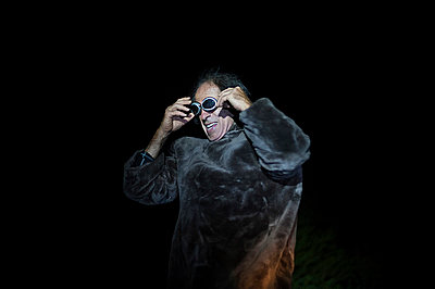 Man at night wearing costume and glasses - p1007m854261 by Tilby Vattard