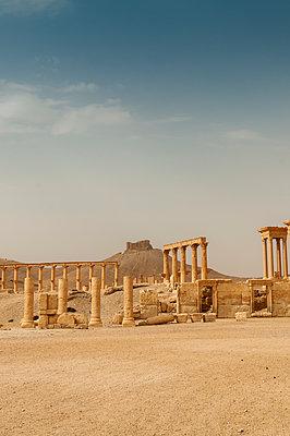 Ruinen des Tetrapylon und der Zitadelle der Oasenstadt und UNESCO-Weltkulturerbe Palmyra/Tadmor nahe Damaskus, Syrien - p1493m2063572 von Alexander Mertsch