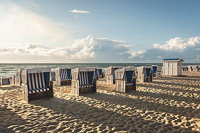Germany, Schleswig-Holstein, Sylt, Westerland, hooded beach chairs on beach - p300m2042144 by Kerstin Bittner