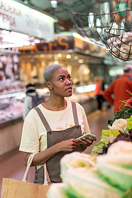 Woman buying groceries in a market hall - p300m2179894 by VITTA GALLERY