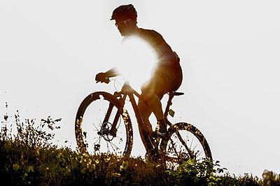 Man riding mountain bike in nature in the Bologna countryside, Italy - p307m937563f by Maurizio Borsari