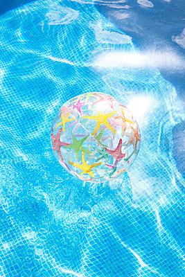 Beachball - p454m1526330 by Lubitz + Dorner