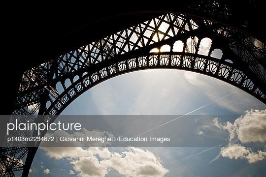 France, Ile de France, Paris, Eiffel tower - p1403m2294672 by Giovanni Mereghetti/Education Images