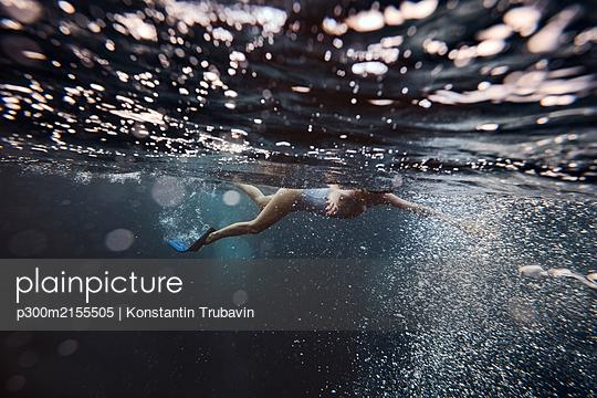 Woman underwater, Gili Meno, Gili islands, Bali, Indonesia - p300m2155505 by Konstantin Trubavin