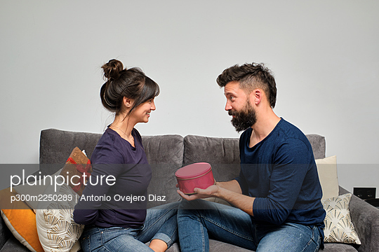 Adult couple exchanging gifts on Valentines Day - p300m2250289 by Antonio Ovejero Diaz