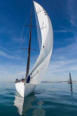 Segelschiffe auf einer Regatta - p1150m2125970 von Elise Ortiou Campion