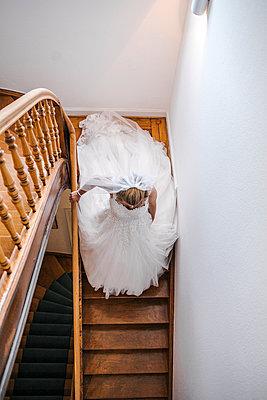 Bride walking down stairs - p680m2176368 by Stella Mai
