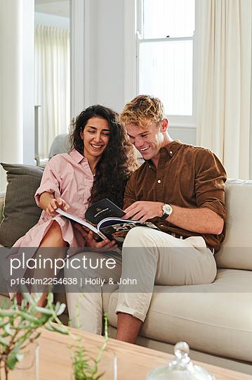 Paar auf der Couch - p1640m2254638 von Holly & John
