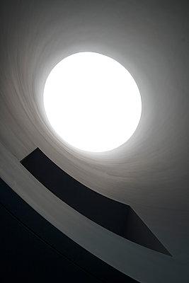 Rundes Dachfenster - p1154m1462067 von Tom Hogan