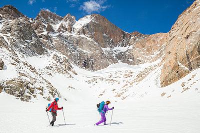 Climbers hike below Longs Peak, Rocky Mountain National Park - p1166m2137953 by Cavan Images