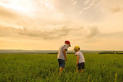 Mari brothers exploring in rural field - p555m1411675 by Aliyev Alexei Sergeevich