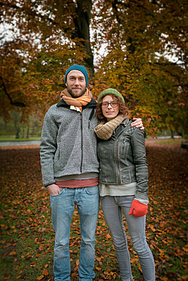 Young heterosexual couple autumn smiling 20s 30s - p609m1219860 by OSKARQ