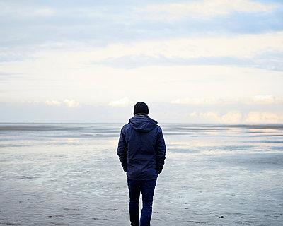 Mann blickt auf Meer - p1124m1015287 von Willing-Holtz