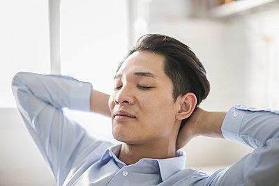 Asiatischer Jungunternehmer mit geschlossenen Augen - p1284m1541376 von Ritzmann