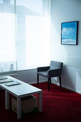 Waiting room - p1650m2272237 by Hanna Sachau