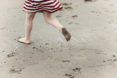 Girl running away - p253m881140 by Oscar