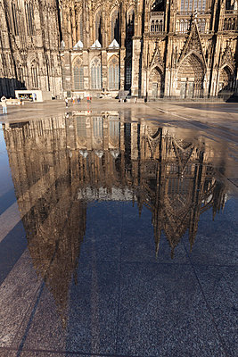 Germany, Cologne, Cologne Cathedral reflecting in a puddle - p300m997971f by Wilfried Wirth