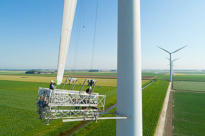 Windturbine maintenance - p1132m1591233 by Mischa Keijser